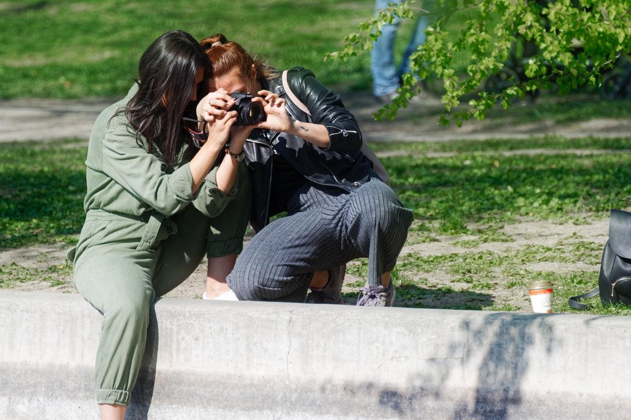 To kvinder kigger i kameraet